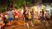 Người Hà Nội đổ xô lên phố Hàng Mã, tranh thủ đón Trung thu sớm