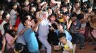 Đàm Vĩnh Hưng và học trò mướt mồ hôi hát phục vụ sinh viên