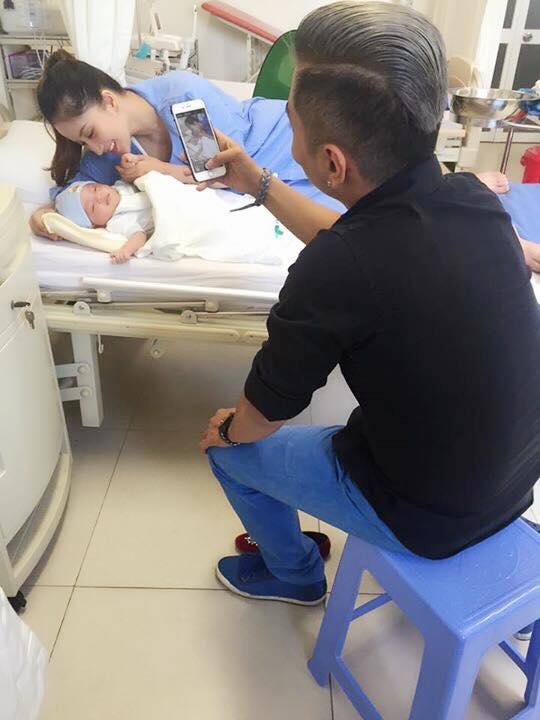 Phan Hiển - Khánh Thi hạnh phúc đưa con trai đi khám định kỳ  ảnh 3