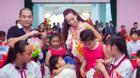 Con gái Thúy Hạnh theo ba mẹ đi làm từ thiện