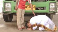 Chàng trai quỳ trước người bố nghèo để tỏ lòng biết ơn
