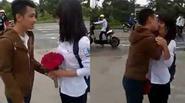 Tỏ tình cùng bó hoa đơn giản, chàng trai vẫn chinh phục được bạn gái