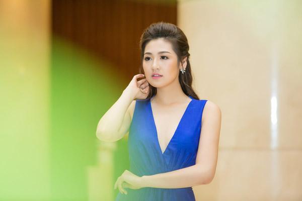 Á hậu Tú Anh rạng rỡ đọ dáng cùng cựu người mẫu Thúy Hạnh ảnh 1
