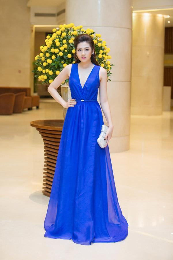 Á hậu Tú Anh rạng rỡ đọ dáng cùng cựu người mẫu Thúy Hạnh ảnh 3