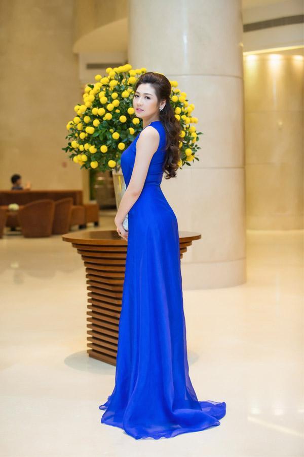 Á hậu Tú Anh rạng rỡ đọ dáng cùng cựu người mẫu Thúy Hạnh ảnh 4