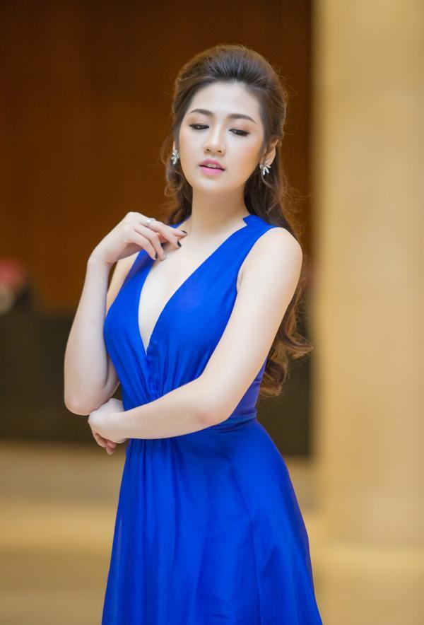 Á hậu Tú Anh rạng rỡ đọ dáng cùng cựu người mẫu Thúy Hạnh ảnh 6