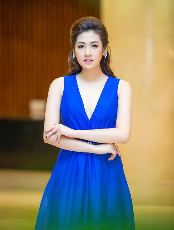 Á hậu Tú Anh rạng rỡ đọ dáng cùng cựu người mẫu Thúy Hạnh ảnh 7