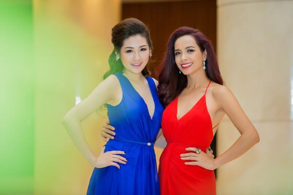 Á hậu Tú Anh rạng rỡ đọ dáng cùng cựu người mẫu Thúy Hạnh ảnh 8