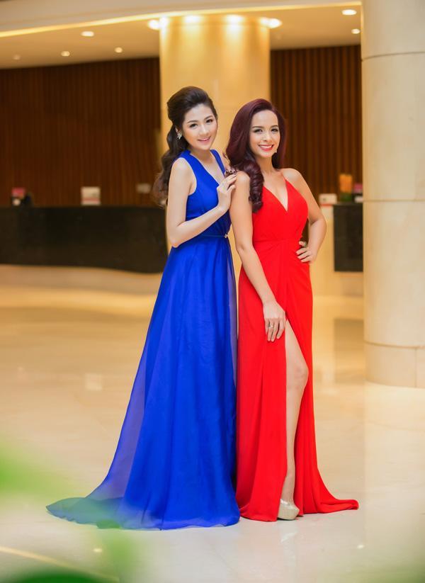 Á hậu Tú Anh rạng rỡ đọ dáng cùng cựu người mẫu Thúy Hạnh ảnh 9