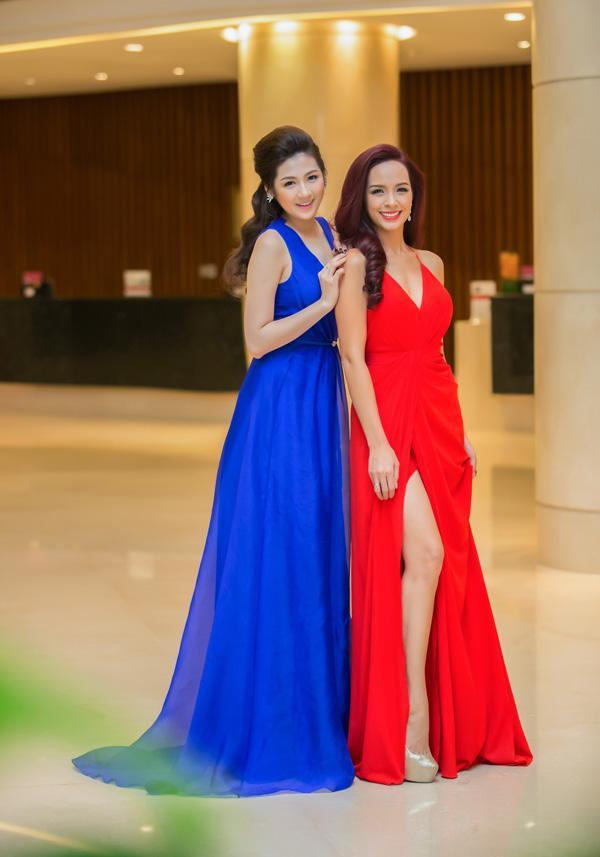 Á hậu Tú Anh rạng rỡ đọ dáng cùng cựu người mẫu Thúy Hạnh ảnh 10