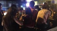 """Hà Nội: CSGT chặn """"quái xế"""" chở 4 chân dài đầu trần lượn phố"""