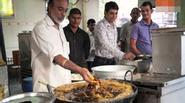 Kinh ngạc đầu bếp Ấn Độ dùng tay không nhúng dầu sôi để chiên cá