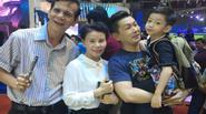 Bố mẹ và con trai tháp tùng Hà Hồ đi diễn