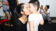 Bé Cà Pháo hôn mẹ Lê Phương tình cảm trong hậu trường
