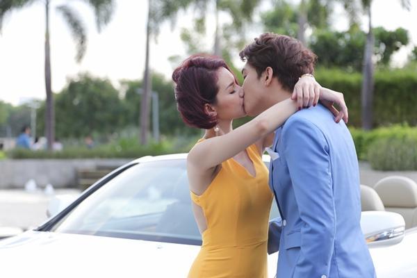 Quỳnh Chi nhiệt tình hôn, B Trần phũ phàng… nghe điện thoại