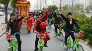 Chú rể đi xe đạp, rước dâu bằng kiệu 8 người khiêng
