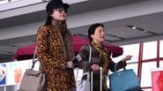 Lưu Diệc Phi bị cộng đồng lên án khi để mẹ kéo hành lý