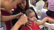 Clip con trai Khánh Thi ngồi ngoan khi cắt tóc