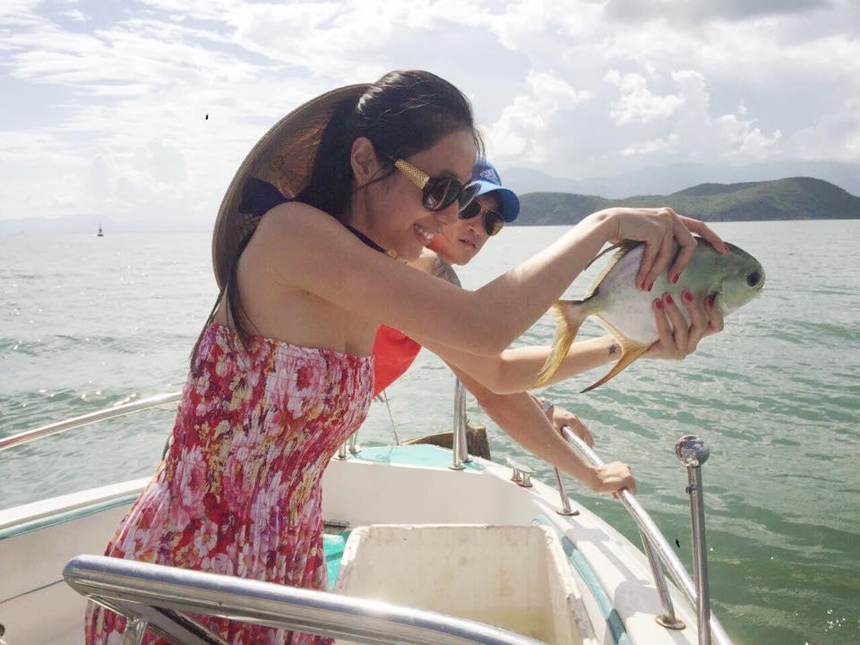 Thủy Tiên - Công Vinh chắp tay vái lạy trước khi thả cá xuống biển ảnh 3