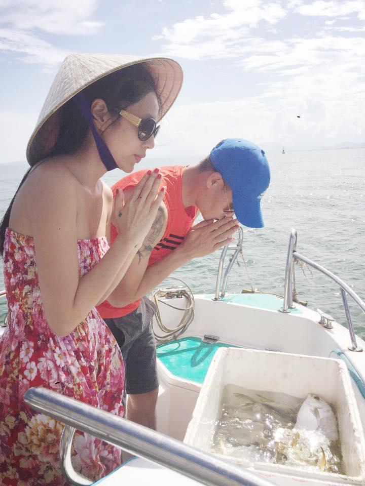 Thủy Tiên - Công Vinh chắp tay vái lạy trước khi thả cá xuống biển ảnh 2