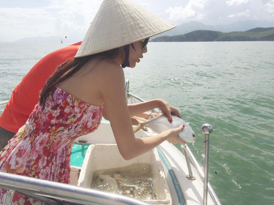 Thủy Tiên - Công Vinh chắp tay vái lạy trước khi thả cá xuống biển ảnh 5