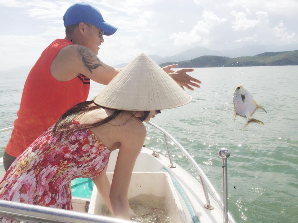 Thủy Tiên - Công Vinh chắp tay vái lạy trước khi thả cá xuống biển ảnh 7