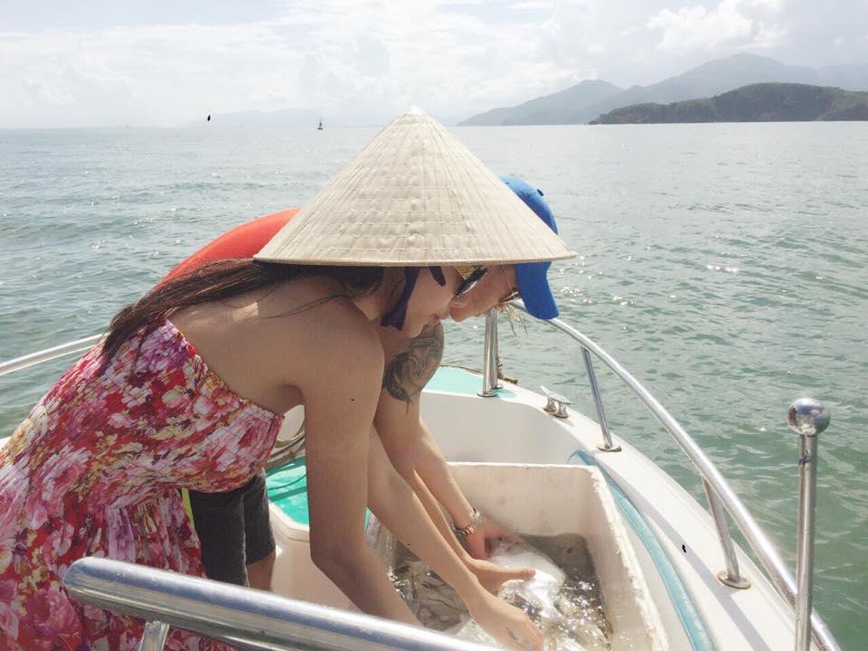 Thủy Tiên - Công Vinh chắp tay vái lạy trước khi thả cá xuống biển ảnh 6