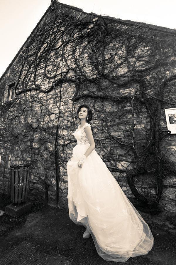 Á hậu Huyền My mặc áo cưới ở trời Tây ảnh 5