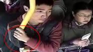 Chàng trai câm van xin khi bị bắt quả tang móc túi