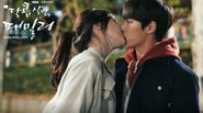 Hé lộ 'nụ hôn đầu đời' của hai thần tượng Hàn