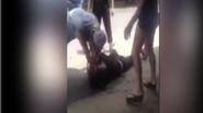 Phẫn nộ con trai ngáo đá đánh đập mẹ trên đường