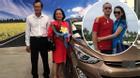 Facebook 24h: Bố mẹ Phạm Ngọc Thạch hân hoan nhận xế sang con rể tặng