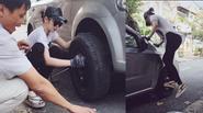 """""""Bắt gặp"""" Angela Phương Trinh diện quần bó sửa xe bên lề đường"""