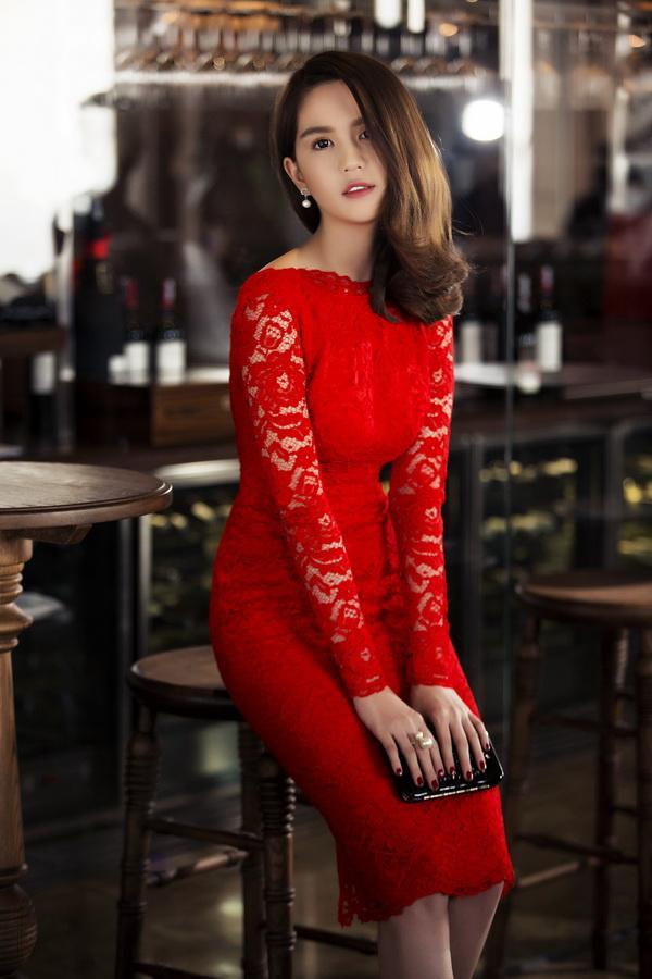 Ngọc Trinh thiêu đốt mùa Noel với váy ren đỏ rực ảnh 1