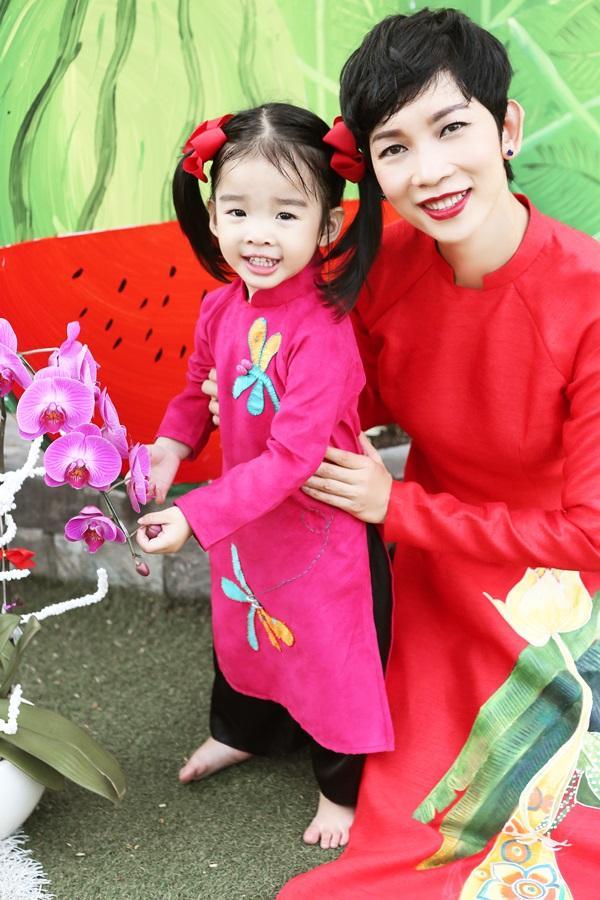 Các cặp mẹ con sao Việt cùng nhau mặc áo dài đón Tết ảnh 2