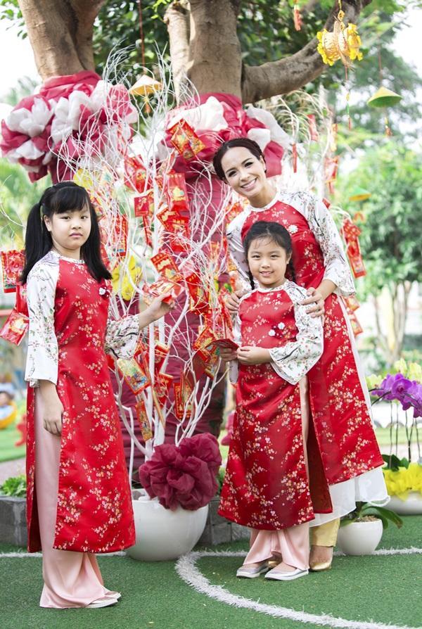 Các cặp mẹ con sao Việt cùng nhau mặc áo dài đón Tết ảnh 4