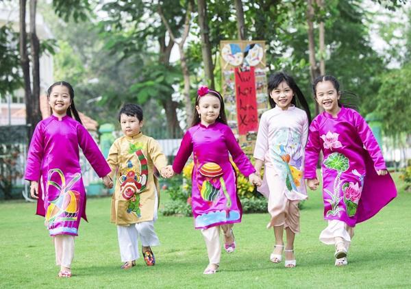 Các cặp mẹ con sao Việt cùng nhau mặc áo dài đón Tết ảnh 10