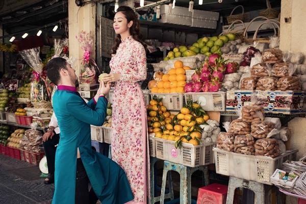'Phát hờn' với cảnh trai tây quỳ giữa chợ Bến Thành tặng quà cho Jennifer Phạm - Ảnh 11