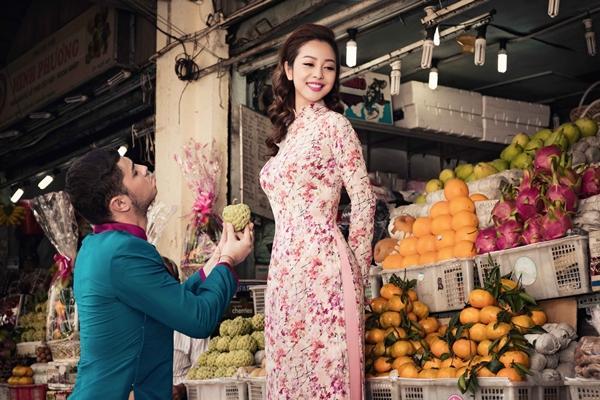 'Phát hờn' với cảnh trai tây quỳ giữa chợ Bến Thành tặng quà cho Jennifer Phạm - Ảnh 12
