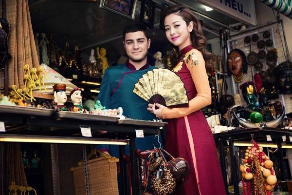 'Phát hờn' với cảnh trai tây quỳ giữa chợ Bến Thành tặng quà cho Jennifer Phạm - Ảnh 9