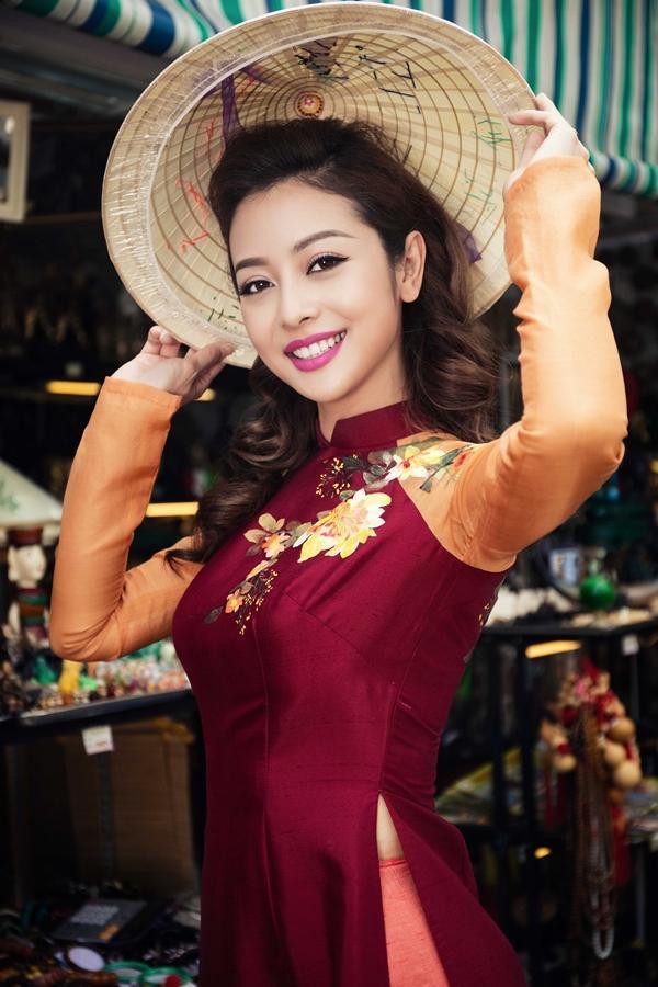 'Phát hờn' với cảnh trai tây quỳ giữa chợ Bến Thành tặng quà cho Jennifer Phạm - Ảnh 1
