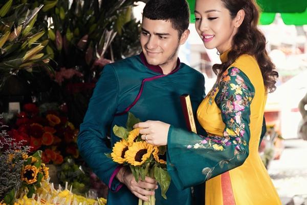 'Phát hờn' với cảnh trai tây quỳ giữa chợ Bến Thành tặng quà cho Jennifer Phạm - Ảnh 13
