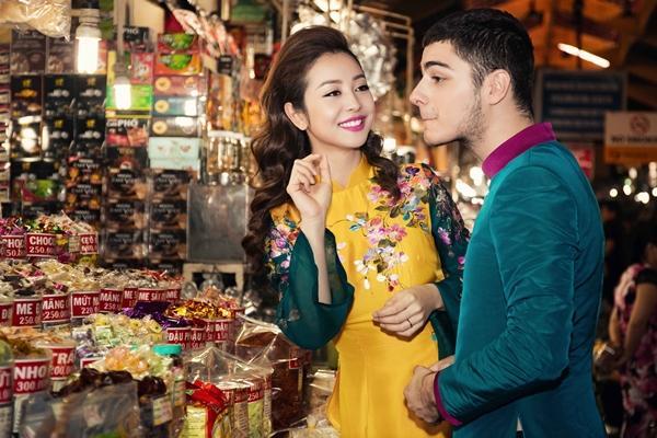 'Phát hờn' với cảnh trai tây quỳ giữa chợ Bến Thành tặng quà cho Jennifer Phạm - Ảnh 14