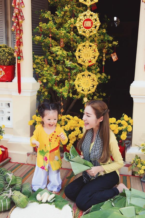 Bé Cadie Mộc Trà siêu đáng yêu khi chụp ảnh Tết cùng mẹ Elly Trần ảnh 10