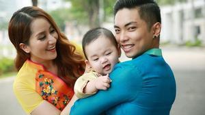 Con trai Khánh Thi - Phan Hiển cười tít mắt khi chụp ảnh với áo dài Tết