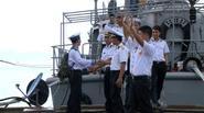 Xuân Bắc nghẹn ngào chia tay các chiến sĩ hải quân