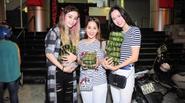 Khánh Thi cùng học trò MLee, Vũ Ngọc Anh đi phát bánh chưng từ thiện