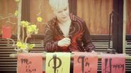 """Nathan Lee """"chơi trội"""" với tóc bạch kim diện hàng hiệu ngồi viết chữ nho"""