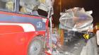 Xe chở công nhân đâm xe bồn ở Sài Gòn, 11 người bị thương kêu cứu