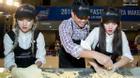 Em chồng Hà Tăng - Phillip Nguyễn trổ tài làm pizza bên 2 hotgirl